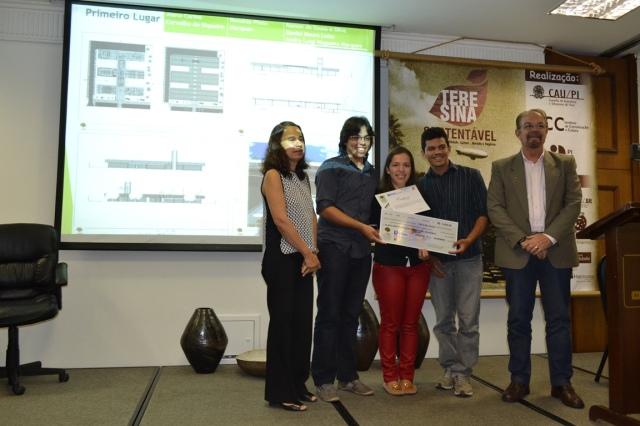 Profa Dra Ana Lúcia Camillo da Siveira e o Secretário Prof. Dr Cleto Baratta entregando o Prêmio